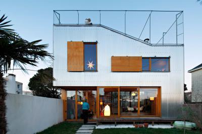 Fémlemez homlokzatburkolat és fa árnyékolás - homlokzat ötlet, modern stílusban