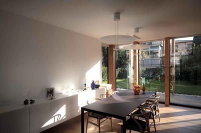 Nappali és étkező üvegfallal - nappali ötlet, modern stílusban