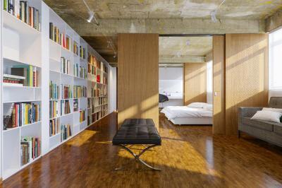 Látszóbeton mennyezet a nappaliban - nappali ötlet, modern stílusban