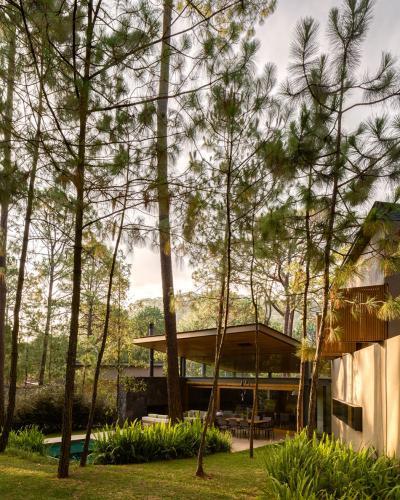 Fedett terasz és tágas kert - erkély / terasz ötlet, modern stílusban
