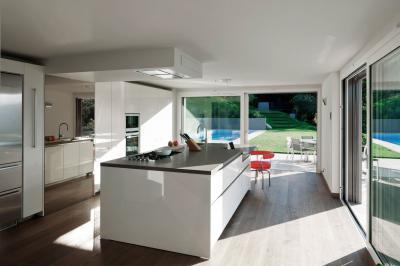 Tágas fehér konyha - konyha / étkező ötlet, modern stílusban