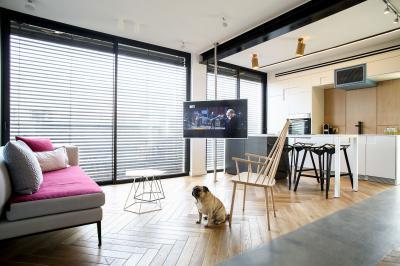 Oszlopra szerelt tévé a nappali és a konyha között - nappali ötlet, modern stílusban