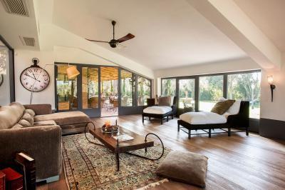 Barátságos nappali sok természetes fénnyel - nappali ötlet, klasszikus stílusban