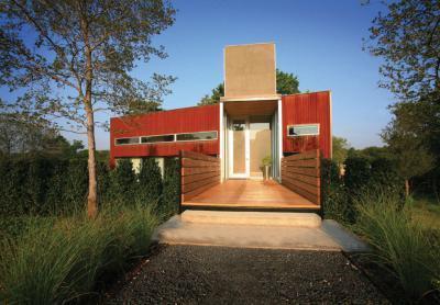 Fával burkolt út a bejáratig - kerítés ötlet, modern stílusban