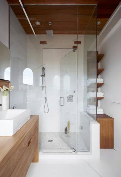 Kicsi fürdőszoba üveg zuhanykabinnal - fürdő / WC ötlet, modern stílusban