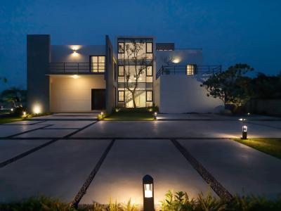 Modern ház kerti lámpákkal - homlokzat ötlet, modern stílusban