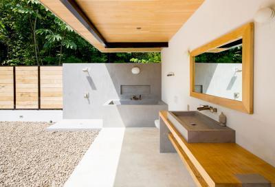 Fürdőszoba a teraszon betonnal és fával - fürdő / WC ötlet, modern stílusban