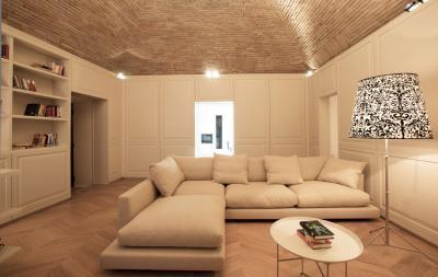 Burkolt falak és téglamennyezet - nappali ötlet, modern stílusban