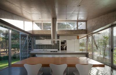 Látszóbeton a konyhában sok üveggel - konyha / étkező ötlet, modern stílusban