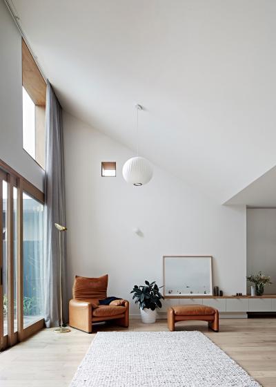 Nagy belmagasság design bútorokkal - nappali ötlet, modern stílusban