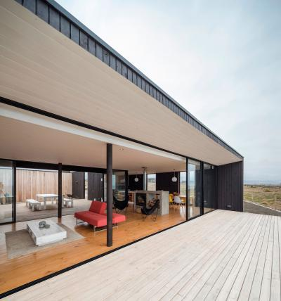 Terasszal egybenyitott nappali - erkély / terasz ötlet, modern stílusban