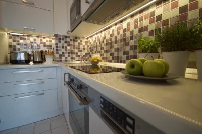 Natúr bézs burkolat a konyhában - konyha / étkező ötlet, modern stílusban