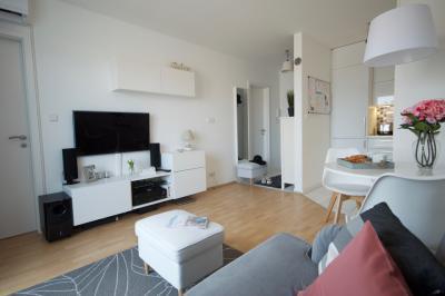 Kis lakás sok fehérrel - nappali ötlet, modern stílusban