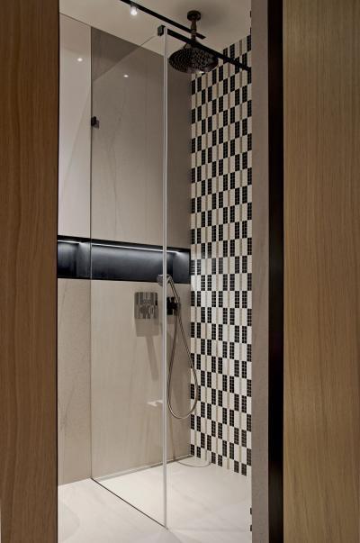 Kontrasztos csempe a zuhanyfülkében - fürdő / WC ötlet, modern stílusban