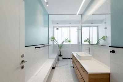 Keskeny fürdőszoba zuhanyfülkével - fürdő / WC ötlet, modern stílusban