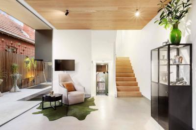 Keskeny terasszal egybenyitott belső tér - nappali ötlet, modern stílusban