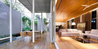 Nappaliból nyíló fedett terasz - erkély / terasz ötlet, modern stílusban