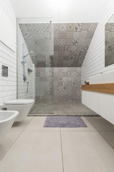 Metrócsempe és cementlap burkolat a fürdőben - fürdő / WC ötlet, modern stílusban