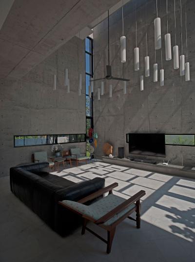 Különleges nappali látszóbeton falakkal - nappali ötlet, modern stílusban