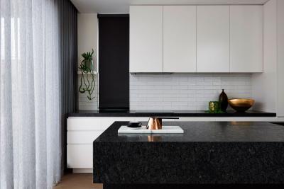 Fekete fehér modern konyha - konyha / étkező ötlet, modern stílusban