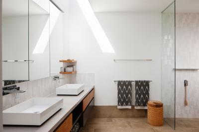 Dupla mosdó és épített zuhanyfülke - fürdő / WC ötlet, modern stílusban