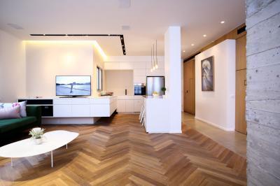 Egyeterű konyha nappali egységes melegburkolattal - konyha / étkező ötlet, modern stílusban
