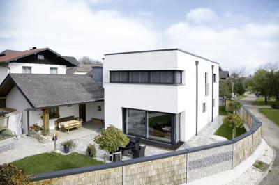 Modern lakóház műanyag-alu ablakokkal - homlokzat ötlet, modern stílusban