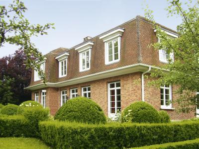 Klasszikus lakóépület műanyag ablakokkal - homlokzat ötlet, klasszikus stílusban