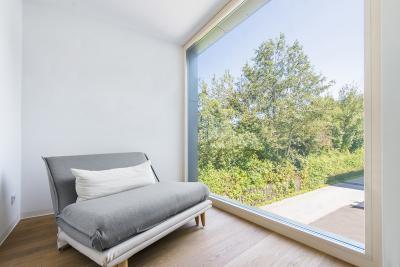 Egész falat borító fa alu ablak - nappali ötlet, modern stílusban