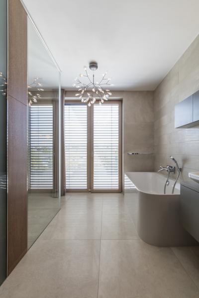 Elegáns fürdőszoba nagyméretű nyílászáróval - fürdő / WC ötlet, modern stílusban