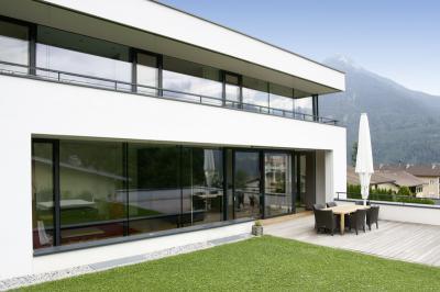 Nagyméretű ablakok és teraszajtó a homlokzaton - homlokzat ötlet, modern stílusban
