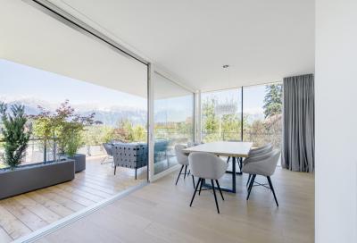 Nagy ablak és teraszajtó a nappaliban - erkély / terasz ötlet, modern stílusban