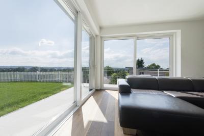 Teli üveg teraszajtó a nappaliban - nappali ötlet, modern stílusban