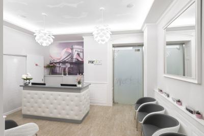 Elegáns recepció a MeDoc klinikán - előszoba ötlet, modern stílusban