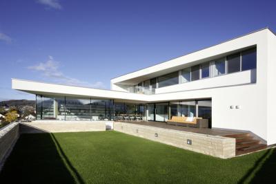 Sok üvegfelület a homlokzaton - erkély / terasz ötlet, modern stílusban