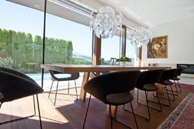 Padlótól mennyezetig érő ablak a nappaliban - nappali ötlet, modern stílusban