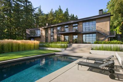 Medencés terasz a modern házhoz - homlokzat ötlet, modern stílusban