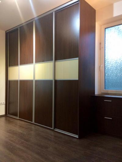 Laminált bútorlapos beépített tolóajtós szekrény - belső továbbiak ötlet, modern stílusban