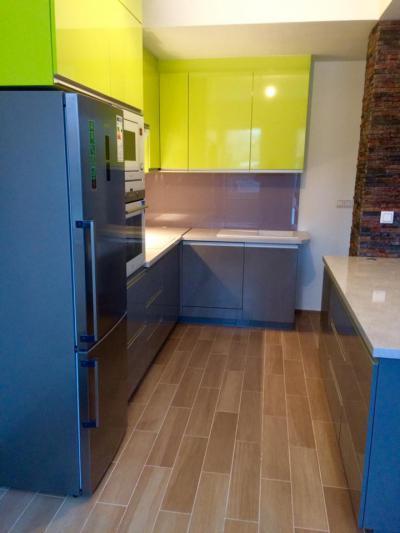 Magasfényű antracit és pisztácia zöld konyhabútor - konyha / étkező ötlet, modern stílusban