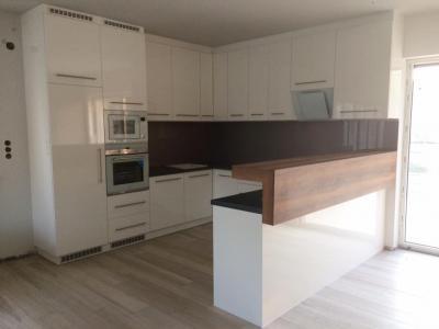 Magasfényű fehér frontos konyhabútor, Forest Cosmic gray színű munkalappal, Tirani körte könyöklővel - konyha / étkező ötlet, modern stílusban