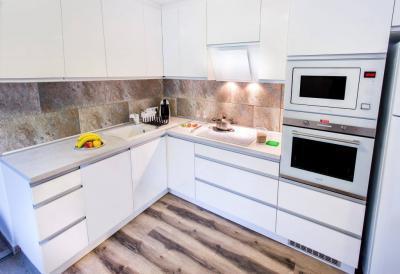 Magasfényű fehér konyhabútor, élfogantyúkkal, Cata fehér beépíthető műszaki gépekkel - konyha / étkező ötlet, modern stílusban