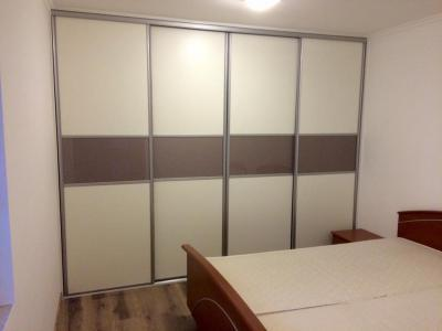 Tolóajtós beépített szekrény. Front fehér frontokkal, Taupe metál színű,  lacobel üvegbetéttel, matt - belső továbbiak ötlet, modern stílusban