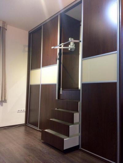 Tiroli Csokoládé bükk színű, laminált bútorlapos beépített tolóajtós szekrény, matt alumínium kerett - belső továbbiak ötlet, modern stílusban