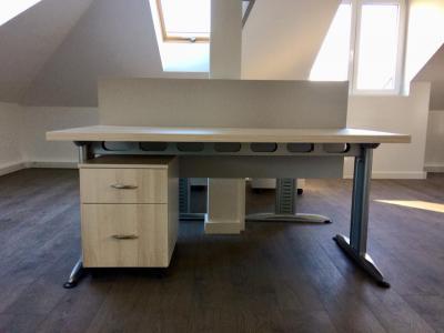 Világos Lakeland akác, Déli kőris és prégelt, világosszürke színű irodabútorok - dolgozószoba ötlet, modern stílusban
