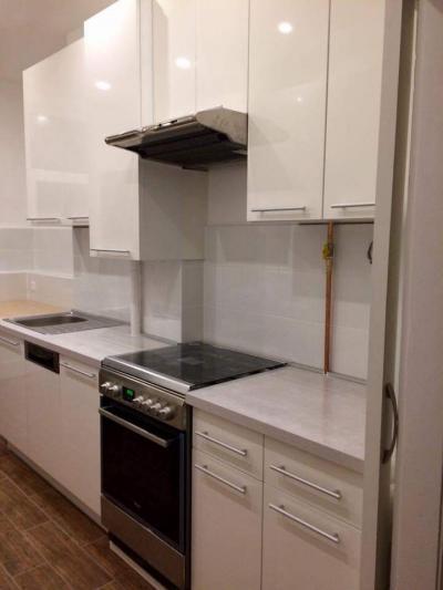 Fehér magasfényű konyha bútor, matt nikkel rúd fogantyúkkal - konyha / étkező ötlet, modern stílusban