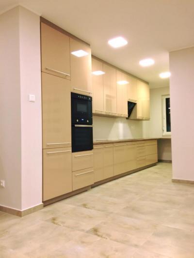 Magasfényű Macchiato színű konyhabútor, matt alumínium rúdfogantyúkkal, Canyon tölgy munkalappal - konyha / étkező ötlet, modern stílusban