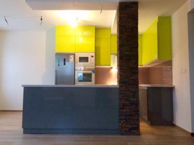 Magasfényű antracit és pisztácia zöld színű konyhabútor, Cata fehér beépíthető műszaki gépekkel - konyha / étkező ötlet, modern stílusban