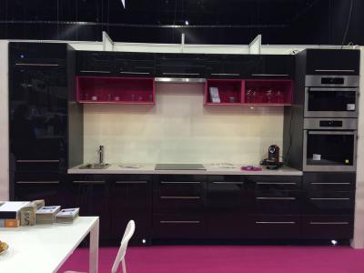 Antracit szürke és magenta színű akril konyhabútor - konyha / étkező ötlet, modern stílusban