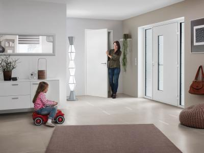 Modern fehér bejárati ajtó - bejárat ötlet, modern stílusban