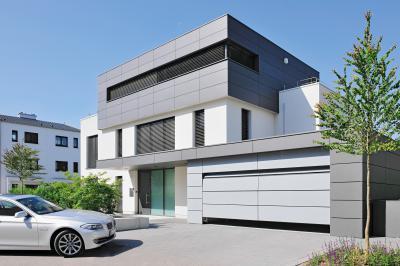 Homlokzat stílusát követő szekcionált garázskapu - bejárat ötlet, modern stílusban